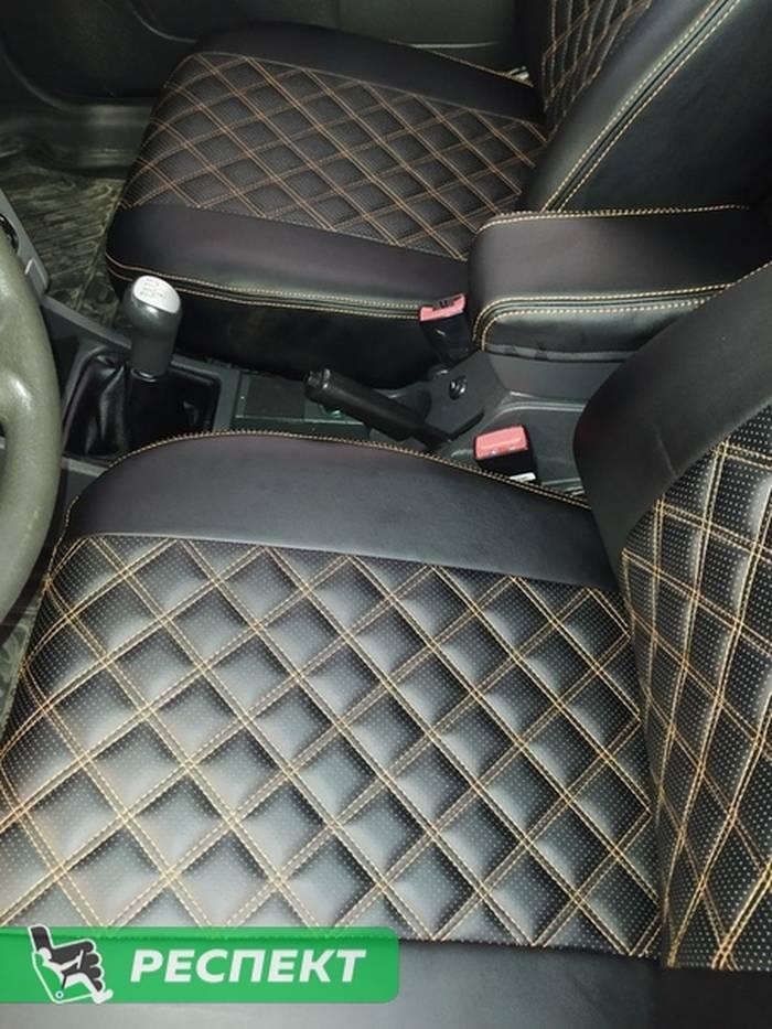 Черные авточехлы из экокожи на Lada Priora 2012г. с дизайном 'двойные квадраты' и двойной декоративной строчкой оранжевыми нитками производства Респект