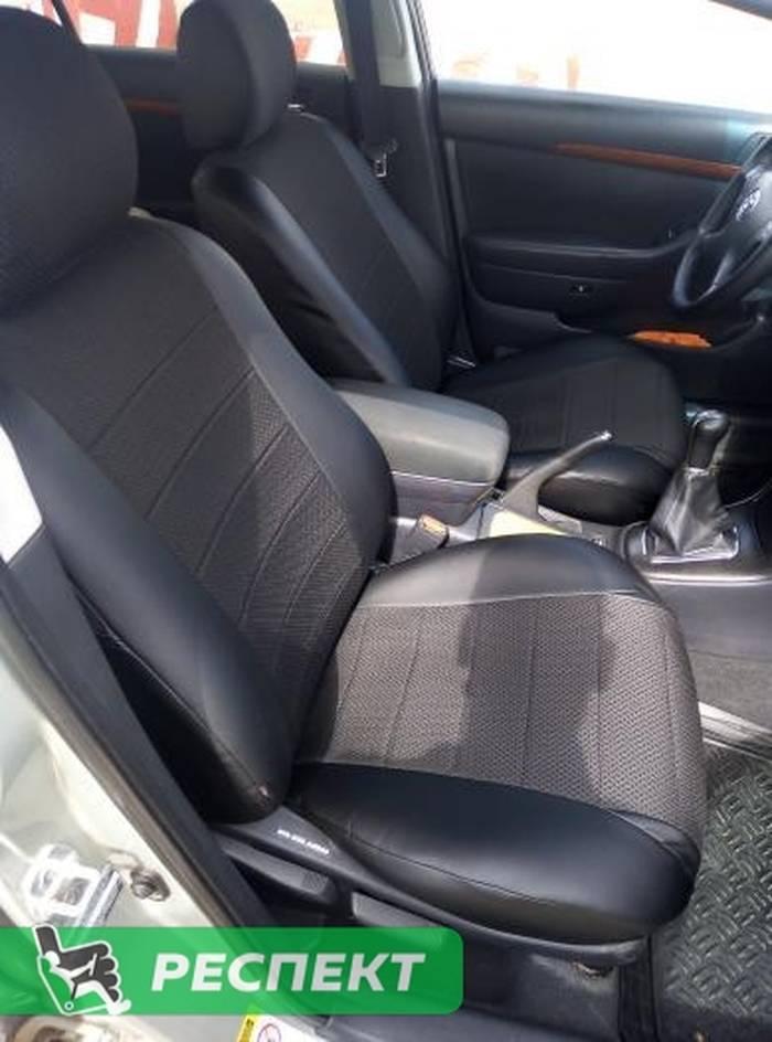 Черные авточехлы из экокожи на Toyota Avensis 2006г. с дизайном 'обычный' без декоративных строчек производства Респект
