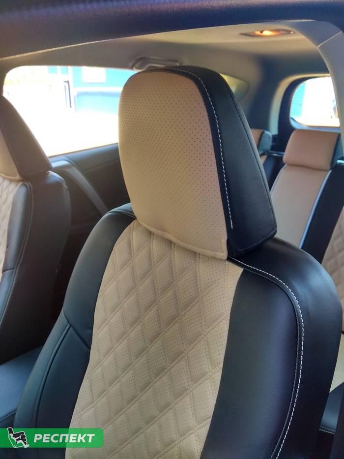 Черно-бежевые авточехлы из экокожи на Toyota Rav 4 2018г. с дизайном 'двойные ромбы' и одинарной декоративной строчкой бежевыми нитками производства Респект