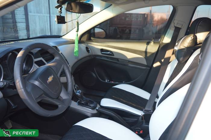 Черно-белые авточехлы из экокожи на Chevrolet Cruze 2014г. с дизайном 'двойные ромбы' и двойной декоративной строчкой производства Респект