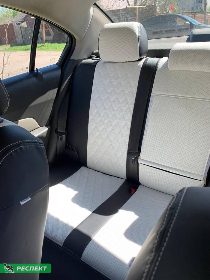 Черно-белые авточехлы из экокожи на Chevrolet Cruze 2016г. с дизайном 'двойные ромбы' и двойной декоративной строчкой производства Респект