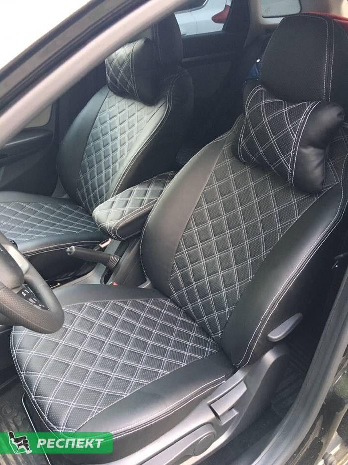 Черные авточехлы из экокожи на Lada Vesta 2018г. с дизайном 'двойные квадраты' и двойной декоративной строчкой белыми нитками производства Респект