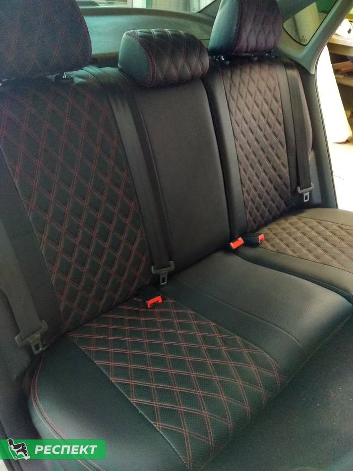 Черные авточехлы из экокожи на Volkswagen Polo 2017г. с дизайном 'двойные ромбы' и двойной декоративной строчкой красными нитками производства Респект