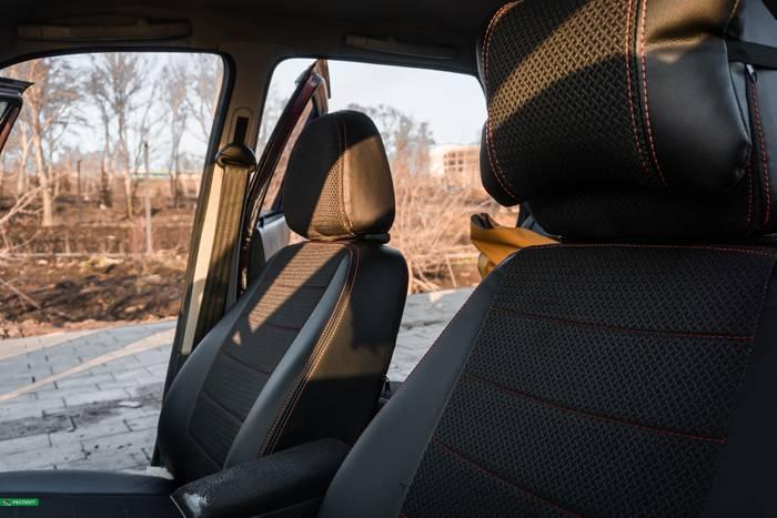 Черные авточехлы из экокожи на Lada Priora 2009г. с дизайном 'обычный' и двойной декоративной строчкой красными нитками производства Респект