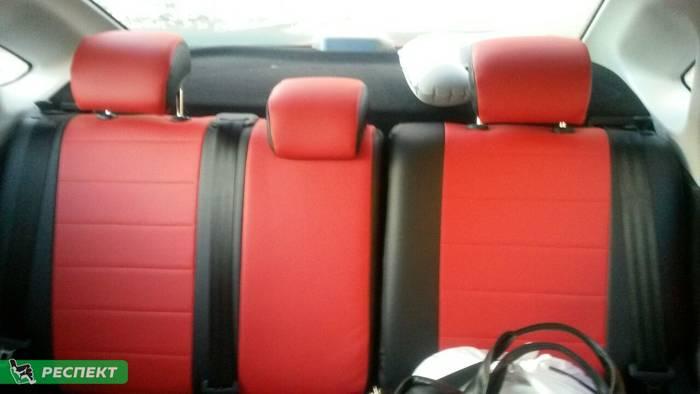 Черно-красные авточехлы из экокожи на Lada Vesta 2017г. с дизайном 'обычный' без декоративных строчек производства Респект