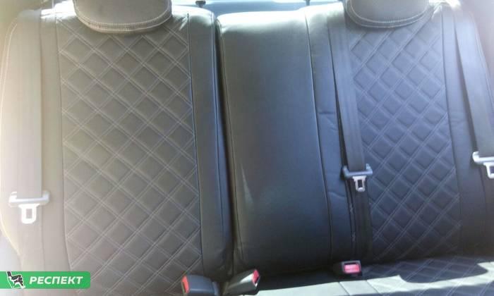 Черные авточехлы из экокожи на Hyundai Solaris 2012г. с дизайном 'двойные квадраты' и двойной декоративной строчкой серыми нитками производства Респект
