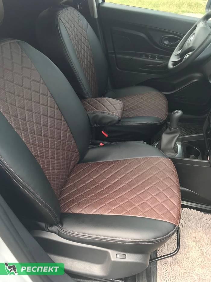 Черно-тёмнокоричневые авточехлы из экокожи на Lada X-Ray 2018г. с дизайном 'квадраты' и двойной декоративной строчкой коричневыми нитками производства Респект