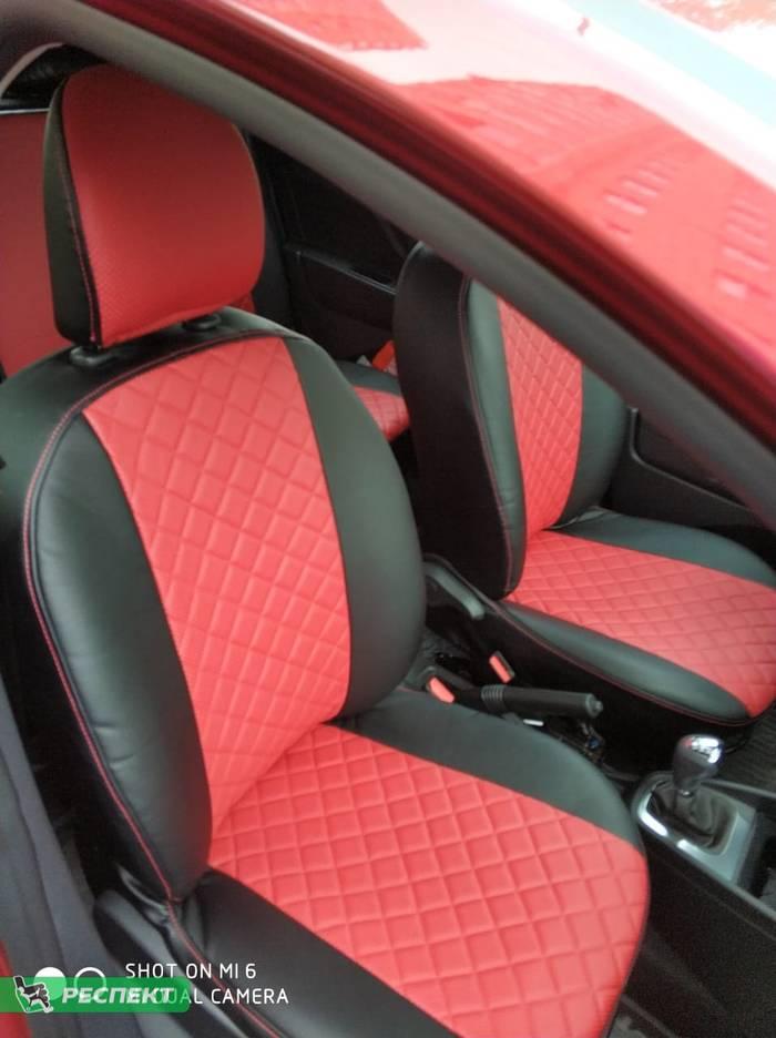 Черно-красные авточехлы из экокожи на Lada X-Ray 2018г. с дизайном 'квадраты' и одинарной декоративной строчкой красными нитками производства Респект