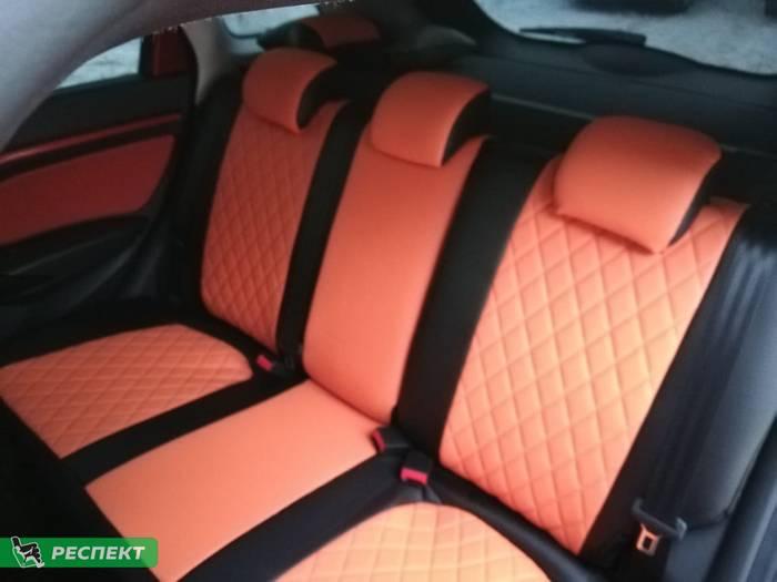 Черно-оранжевые авточехлы из экокожи на Lada Vesta 2018г. с дизайном 'ромбы' без декоративных строчек производства Респект