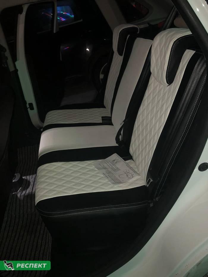Черно-белые авточехлы из экокожи на Lada X-Ray 2018г. с дизайном 'двойные ромбы' и двойной декоративной строчкой белыми нитками производства Респект