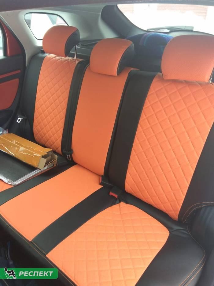 Черно-оранжевые авточехлы из экокожи на Lada Vesta 2018г. с дизайном 'квадраты' и двойной декоративной строчкой оранжевыми нитками производства Респект