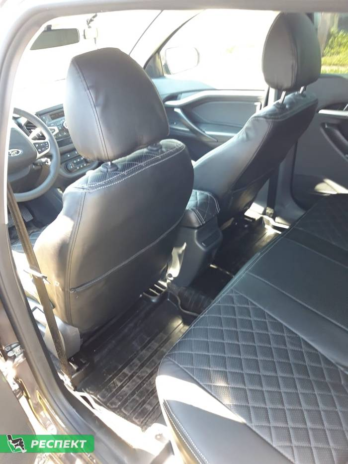 Черные авточехлы из экокожи на Lada Vesta 2018г. с дизайном 'квадраты' и двойной декоративной строчкой белыми нитками производства Респект