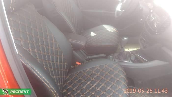 Черные авточехлы из экокожи на Lada Vesta 2017г. с дизайном 'двойные квадраты' и двойной декоративной строчкой производства Респект