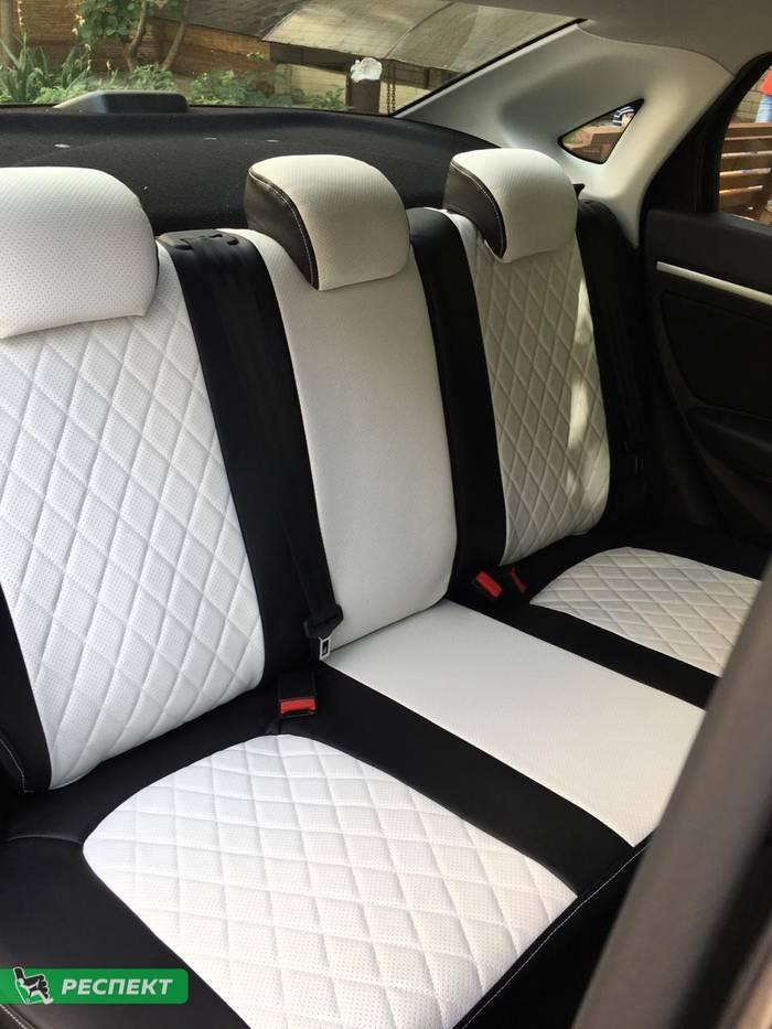 Черно-белые авточехлы из экокожи на Lada Vesta 2018г. с дизайном 'ромбы' и одинарной декоративной строчкой белыми нитками производства Респект