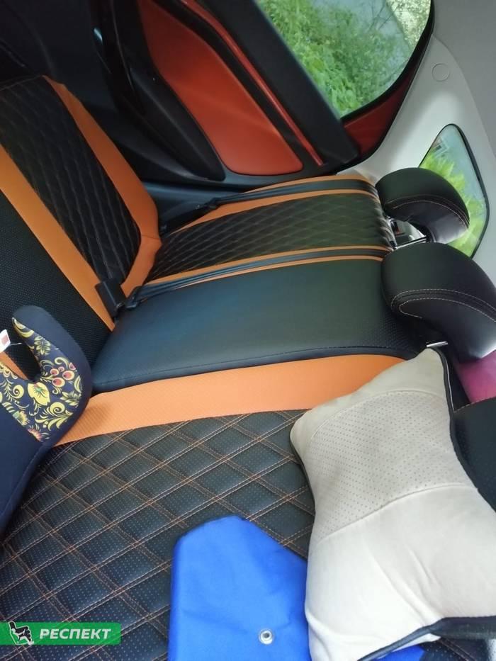 Черно-оранжевые авточехлы из экокожи на Lada Vesta 2019г. с дизайном 'двойные ромбы' и двойной декоративной строчкой оранжевыми нитками производства Респект