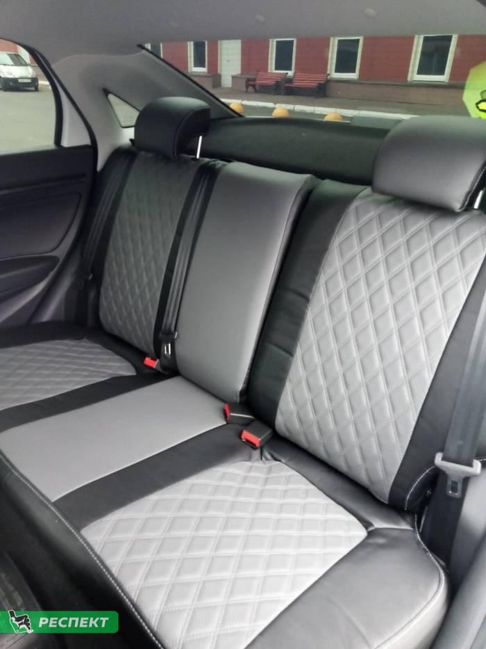 Черно-серые авточехлы из экокожи на Lada Vesta 2019г. с дизайном 'двойные ромбы' и одинарной декоративной строчкой серыми нитками производства Респект