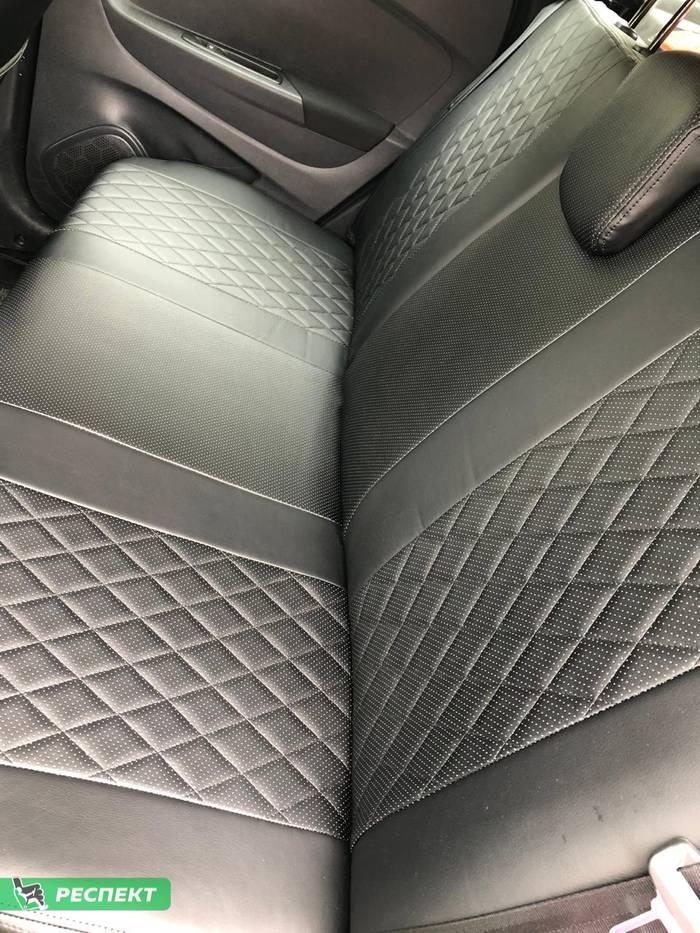 Черные авточехлы из экокожи на Renault Kaptur 2018г. с дизайном 'ромбы' и двойной декоративной строчкой черными нитками производства Респект