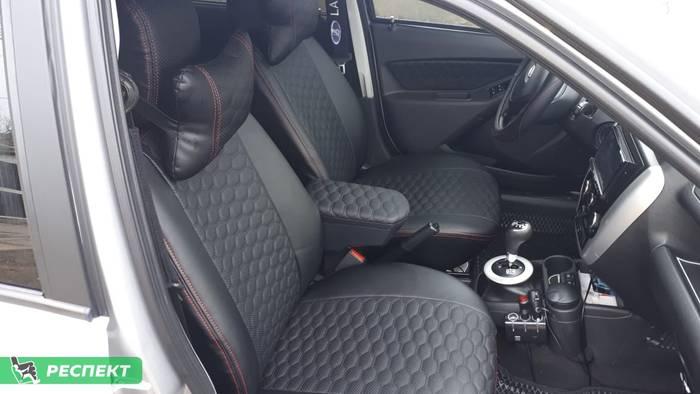 Черные авточехлы из экокожи на Lada Granta 2013г. с дизайном 'маленькие соты' и двойной декоративной строчкой красными нитками производства Респект
