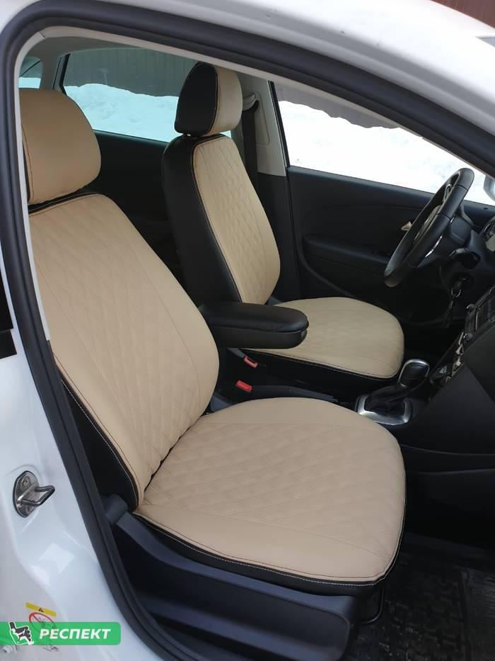 Черно-бежевые авточехлы из экокожи на Volkswagen Polo 2020г. с дизайном 'двойные ромбы' и двойной декоративной строчкой производства Респект