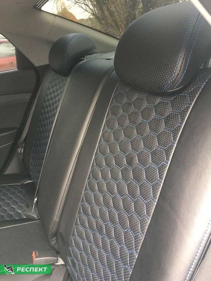 Черные авточехлы из экокожи на Hyundai Solaris 2018г. с дизайном 'маленькие соты' и двойной декоративной строчкой синими нитками производства Респект