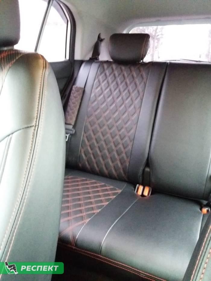 Черные авточехлы из экокожи на Hyundai Creta 2018г. с дизайном 'двойные ромбы' и двойной декоративной строчкой красными нитками производства Респект