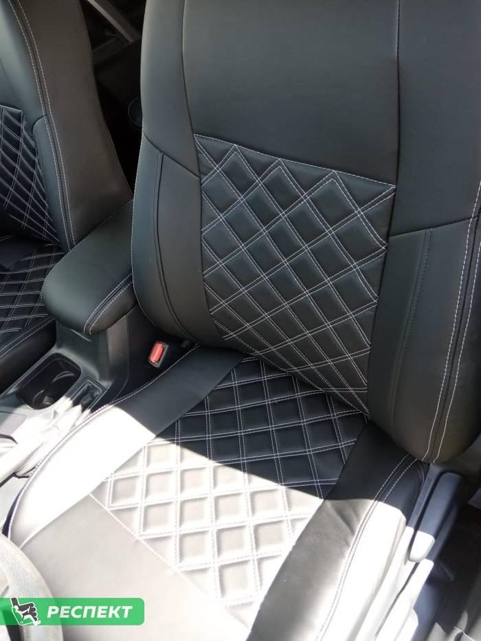 Черные авточехлы из экокожи на Toyota Rav 4 2016г. с дизайном 'двойные квадраты' и двойной декоративной строчкой белыми нитками производства Респект