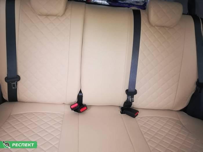 Бежевые авточехлы из экокожи на Hyundai Creta 2019г. с дизайном 'квадраты' и двойной декоративной строчкой производства Респект
