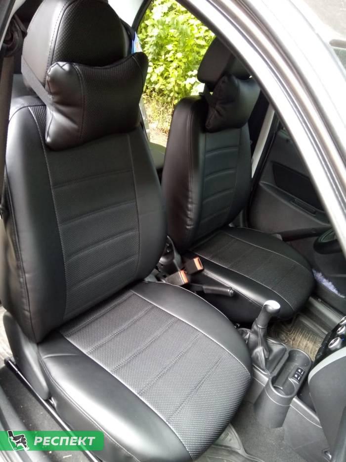 Черные авточехлы из экокожи на Datsun mi-Do 2019г. с дизайном 'двойные горизонтальные полосы' и одинарной декоративной строчкой черными нитками производства Респект