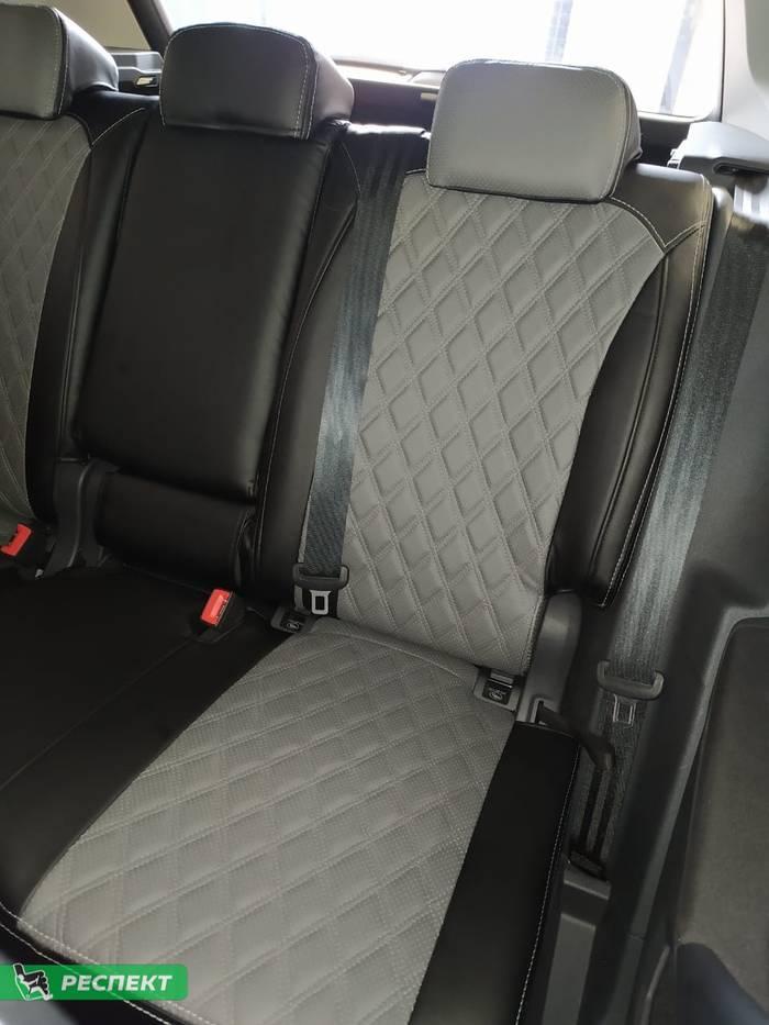 Черно-серые авточехлы из экокожи на Volkswagen Tiguan 2020г. с дизайном 'двойные ромбы' и двойной декоративной строчкой производства Респект