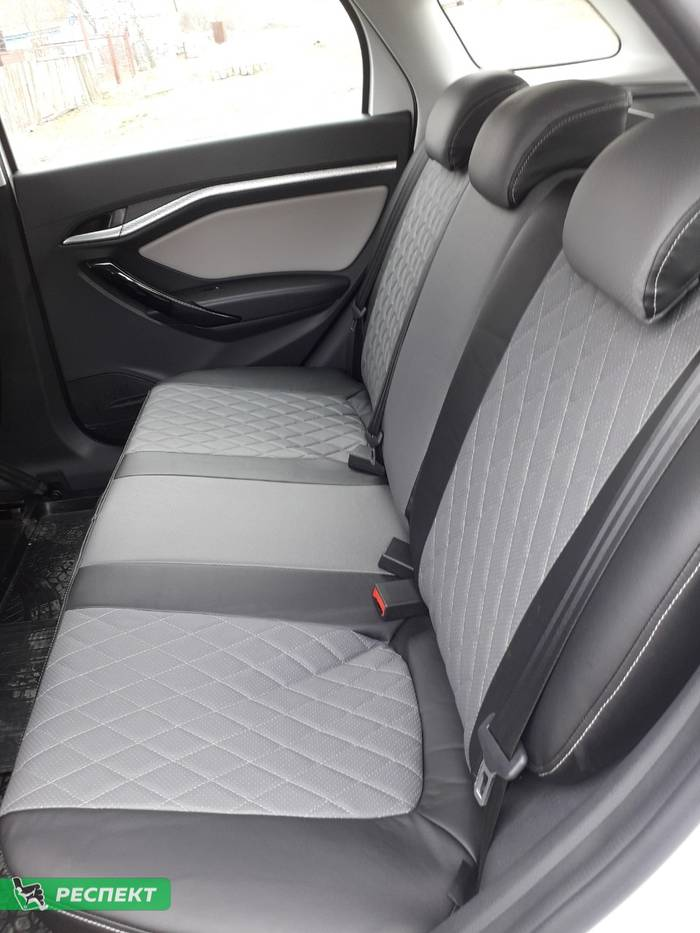 Черно-серые авточехлы из экокожи на Lada Vesta 2018г. с дизайном 'ромбы' и одинарной декоративной строчкой серыми нитками производства Респект
