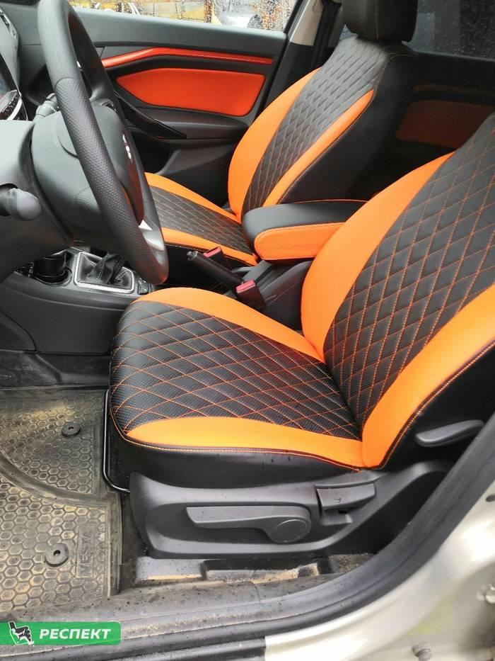 Черно-оранжевые авточехлы из экокожи на Lada Vesta 2018г. с дизайном 'ромбы' и одинарной декоративной строчкой оранжевыми нитками производства Респект