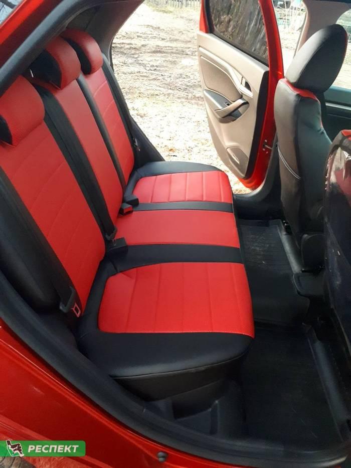 Черно-красные авточехлы из экокожи на Lada Vesta 2016г. с дизайном 'обычный' без декоративных строчек производства Респект