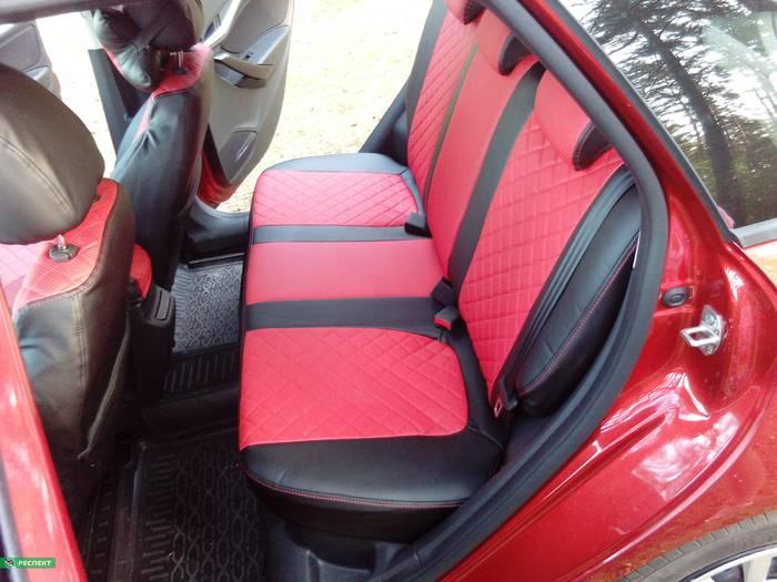 Черно-красные авточехлы из экокожи на Lada Vesta 2017г. с дизайном 'квадраты' и одинарной декоративной строчкой красными нитками производства Респект