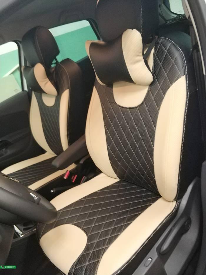 Черно-бежевые авточехлы из экокожи на Renault Kaptur 2019г. с дизайном 'ромбы' и одинарной декоративной строчкой бежевыми нитками производства Респект