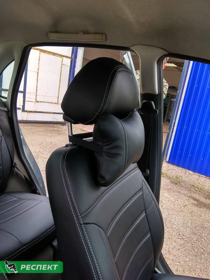 Черные авточехлы из экокожи на Lada Kalina 2007г. с дизайном 'двойные горизонтальные полосы' и двойной декоративной строчкой белыми нитками производства Респект