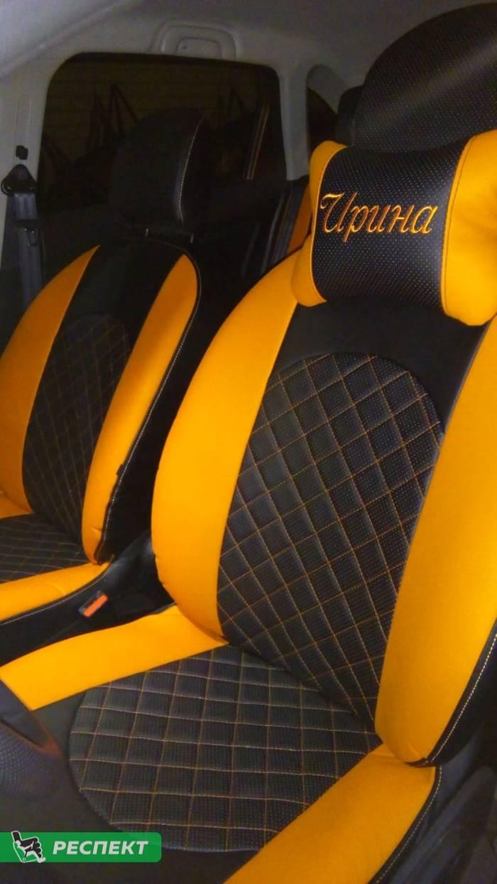 Черно-оранжевые авточехлы из экокожи на Lada X-Ray 2019г. с дизайном 'квадраты' и одинарной декоративной строчкой оранжевыми нитками производства Респект