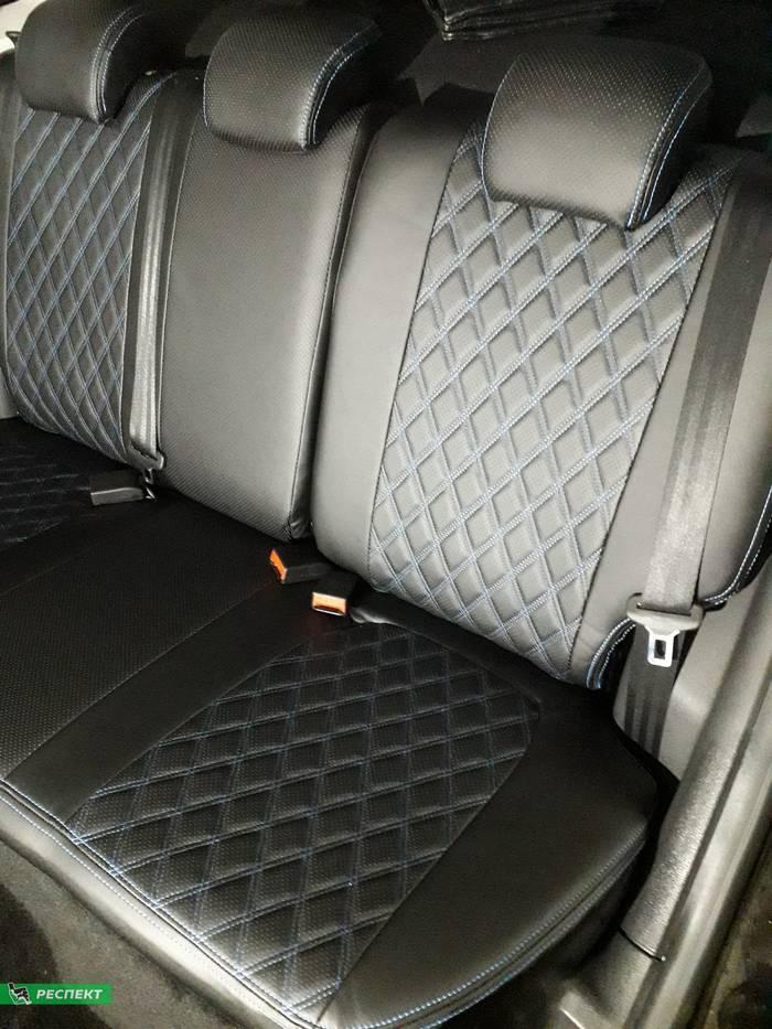 Черные авточехлы из экокожи на Lada Vesta 2017г. с дизайном 'двойные ромбы' и двойной декоративной строчкой синими нитками производства Респект