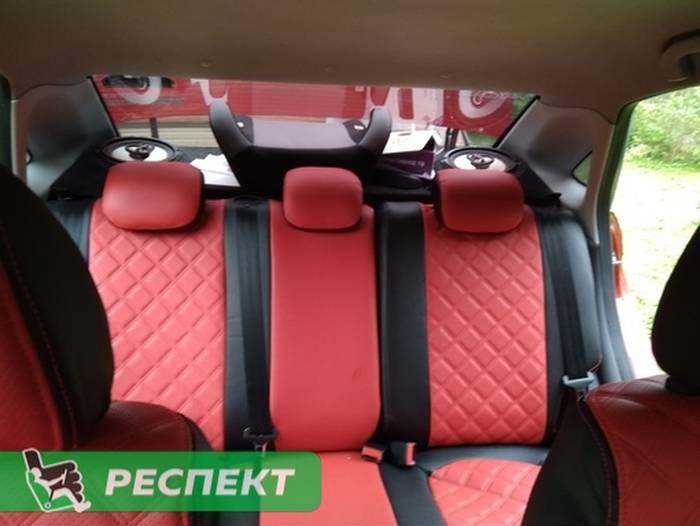 Черно-красные авточехлы из экокожи на Lada Vesta 2017г. с дизайном 'двойные квадраты' и двойной декоративной строчкой красными нитками производства Респект