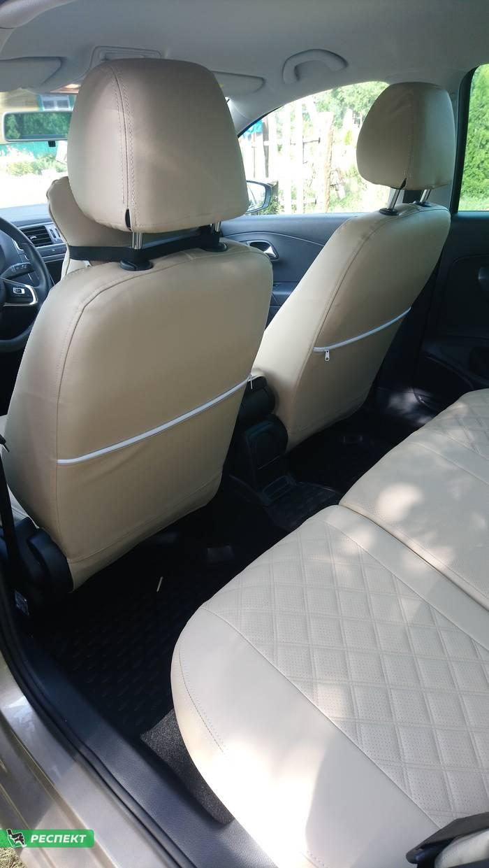 Бежевые авточехлы из экокожи на Volkswagen Polo 2018г. с дизайном 'двойные квадраты' и двойной декоративной строчкой производства Респект