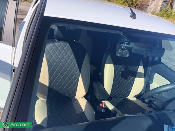 Черно-бежевые авточехлы из экокожи на Renault Logan 2019г. с дизайном 'ромбы' и одинарной декоративной строчкой бежевыми нитками производства Респект